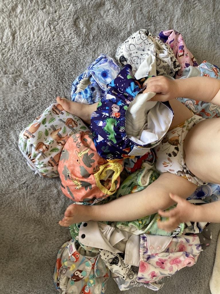 Kind hält Stoffwindeln in der Hand